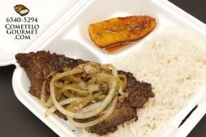Bistec encebollado y arroz blanco - Cometelo Gourmet